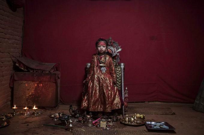 Cuộc đời các nữ thần sống ở Nepal sau khi hồi tục - Ảnh 1.