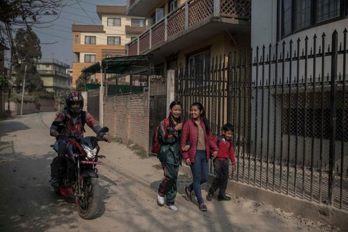 Cuộc đời các nữ thần sống ở Nepal sau khi hồi tục - Ảnh 10.