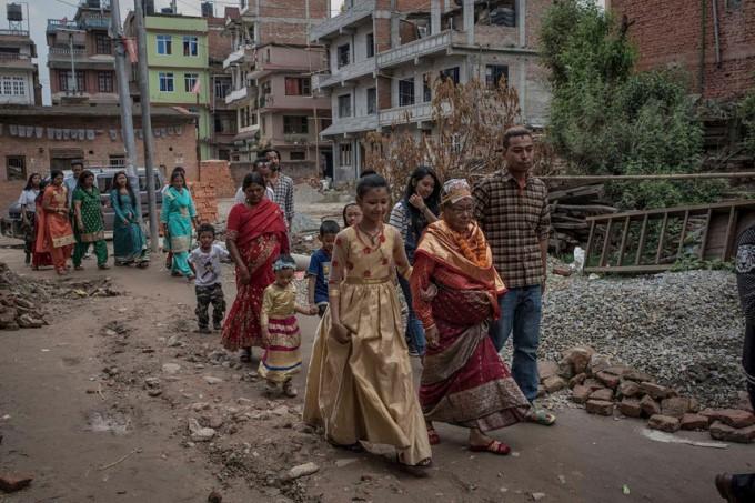 Cuộc đời các nữ thần sống ở Nepal sau khi hồi tục - Ảnh 12.