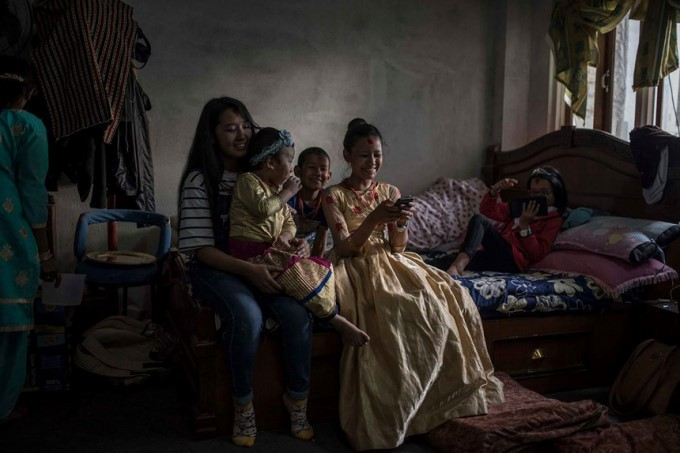 Cuộc đời các nữ thần sống ở Nepal sau khi hồi tục - Ảnh 13.