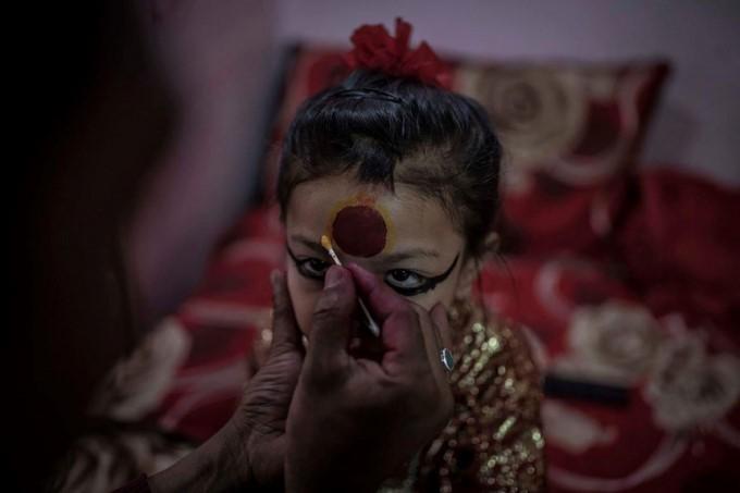 Cuộc đời các nữ thần sống ở Nepal sau khi hồi tục - Ảnh 2.