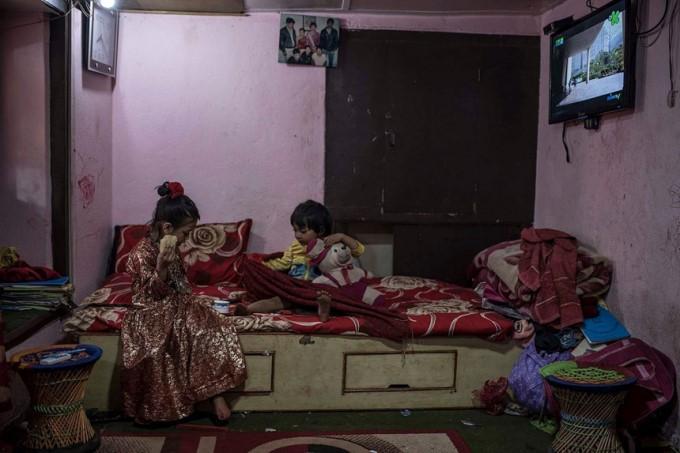 Cuộc đời các nữ thần sống ở Nepal sau khi hồi tục - Ảnh 3.