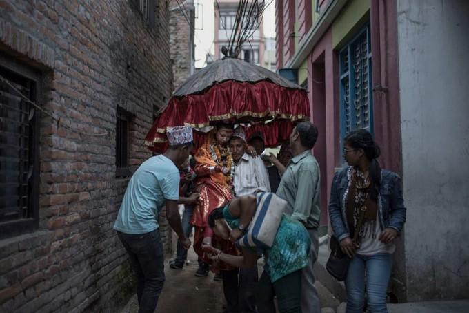 Cuộc đời các nữ thần sống ở Nepal sau khi hồi tục - Ảnh 7.