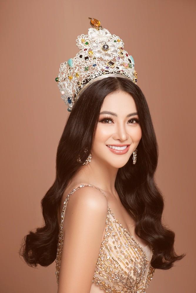 Phương Khánh tái hiện hình ảnh đăng quang Hoa hậu Trái đất với vương miện 3,5 tỉ - Ảnh 1.