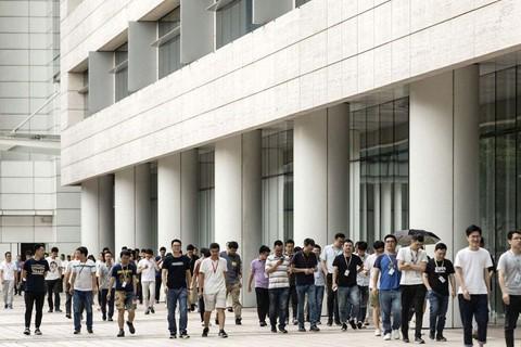 Bầu không khí thời chiến căng thẳng tại đại bản doanh Huawei - Ảnh 1.
