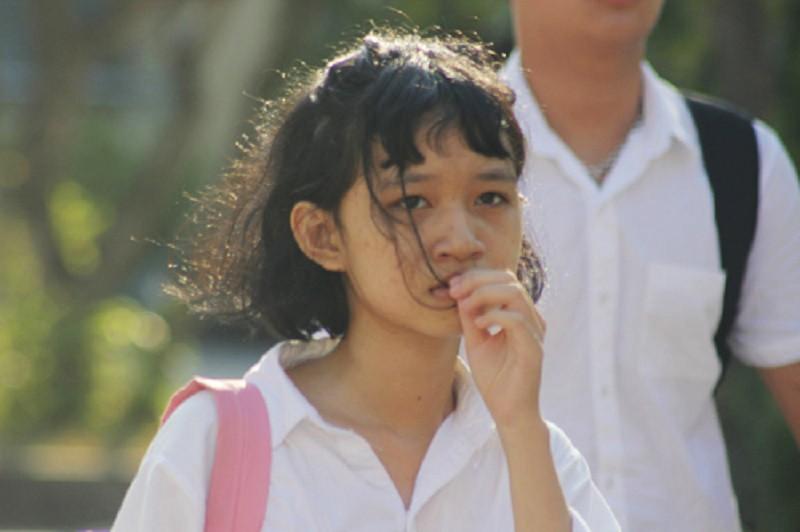 Thí sinh ở Quảng Bình quỳ gối khóc nức nở khi không biết thi lại môn Ngữ văn - Ảnh 2.