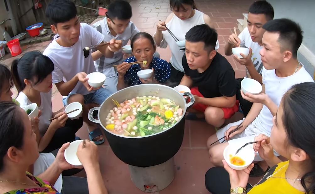 Bà Tân Vlog làm nồi lẩu Thái siêu cay khổng lồ cổ vũ tuyển Việt Nam trước trận chung kết Kings Cup 2019 - Ảnh 1.