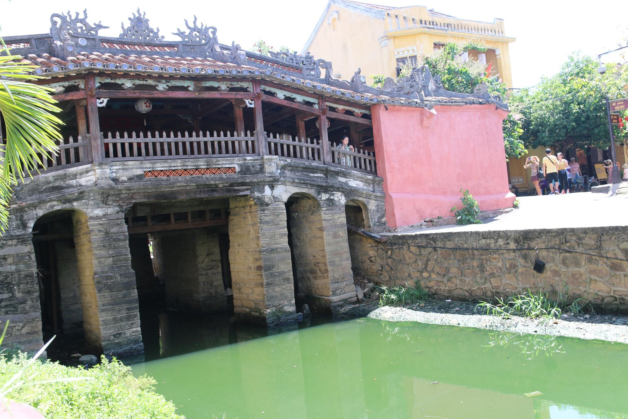 Khách du lịch nín thở vì nước thải, ô nhiễm ở Chùa Cầu Hội An - Ảnh 1.
