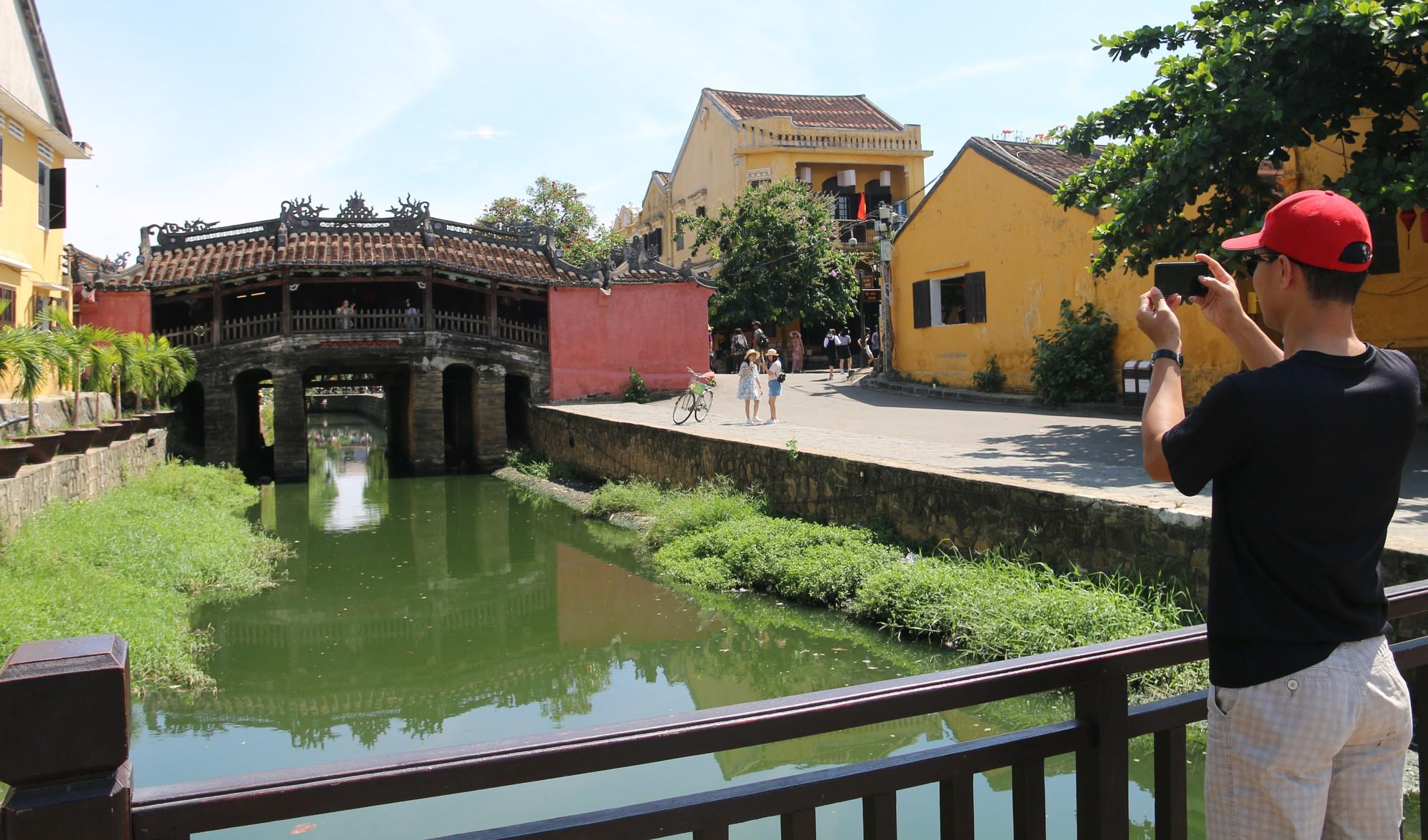 Khách du lịch nín thở vì nước thải, ô nhiễm ở Chùa Cầu Hội An - Ảnh 14.