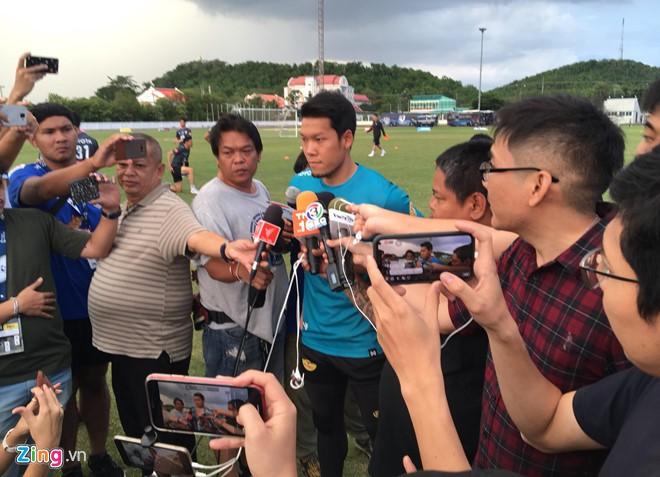 Thủ môn Thái Lan lý giải pha bóng dâng chiến thắng cho tuyển Việt Nam - Ảnh 2.