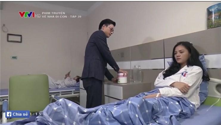 Về nhà đi con tập 39: Bắt gặp Thành - Huệ ôm ấp nhau trong bệnh viện, ông Sơn đùng đùng bỏ đi, Khải dùng mũ cối phang tình địch - Ảnh 2.