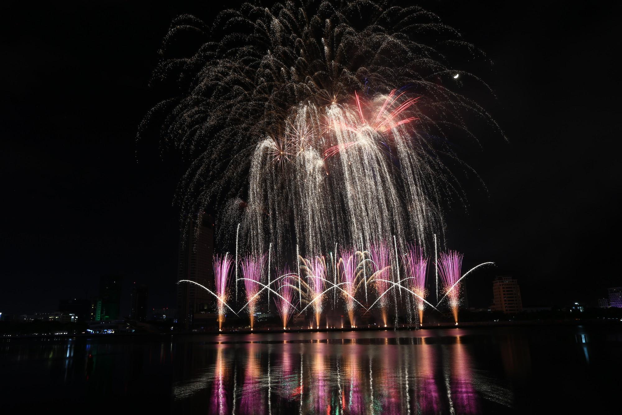 Brasil và Bỉ gửi thông điệp tình yêu bằng ánh sáng pháo hoa trên sông Hàn - Ảnh 2.