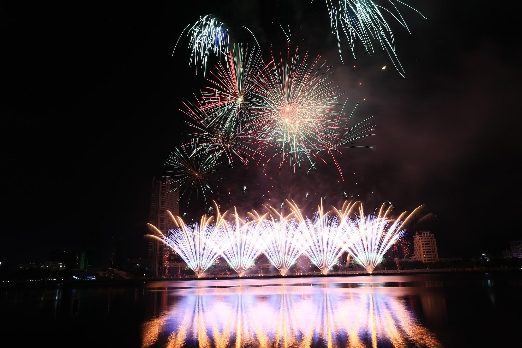 Brasil và Bỉ gửi thông điệp tình yêu bằng ánh sáng pháo hoa trên sông Hàn - Ảnh 3.