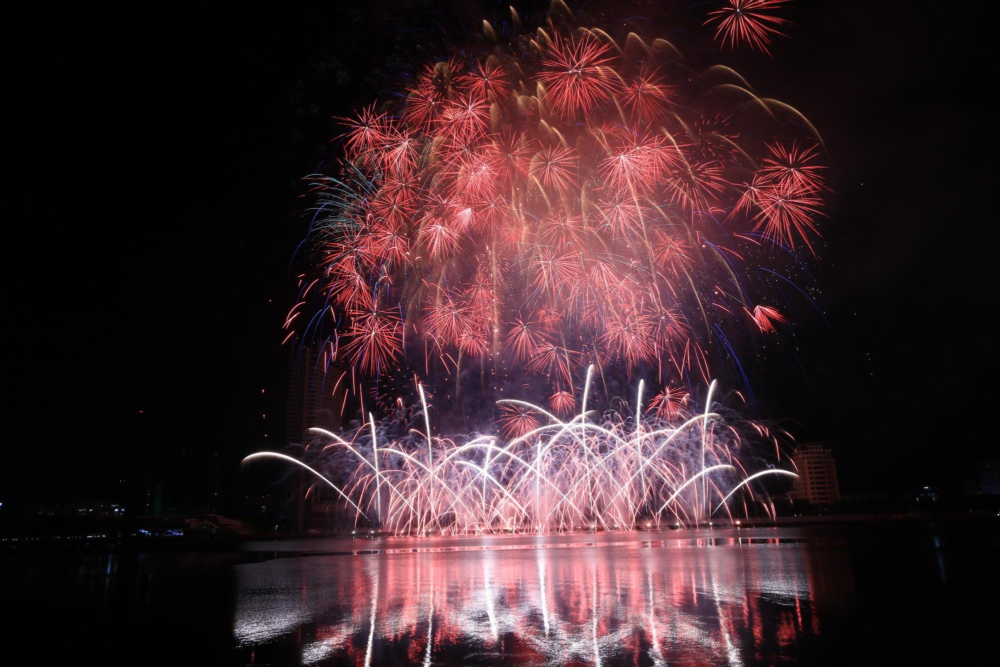 Brasil và Bỉ gửi thông điệp tình yêu bằng ánh sáng pháo hoa trên sông Hàn - Ảnh 4.