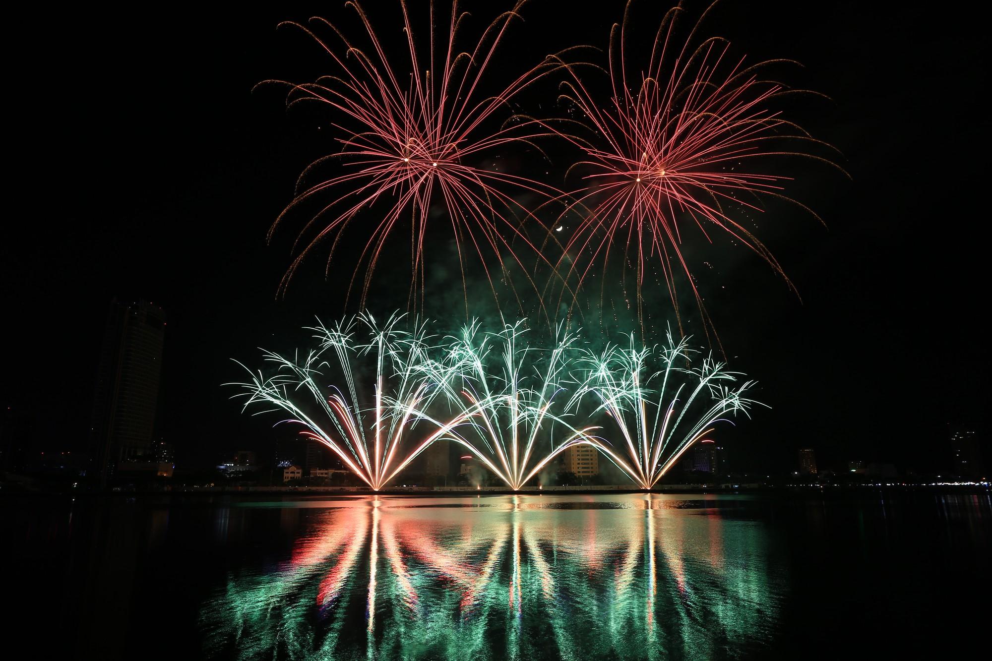 Brasil và Bỉ gửi thông điệp tình yêu bằng ánh sáng pháo hoa trên sông Hàn - Ảnh 12.
