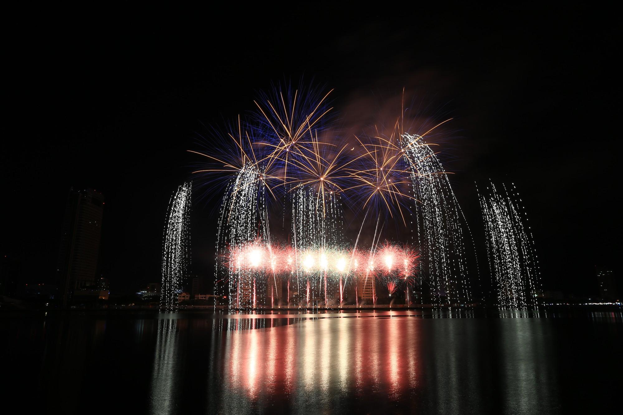 Brasil và Bỉ gửi thông điệp tình yêu bằng ánh sáng pháo hoa trên sông Hàn - Ảnh 9.