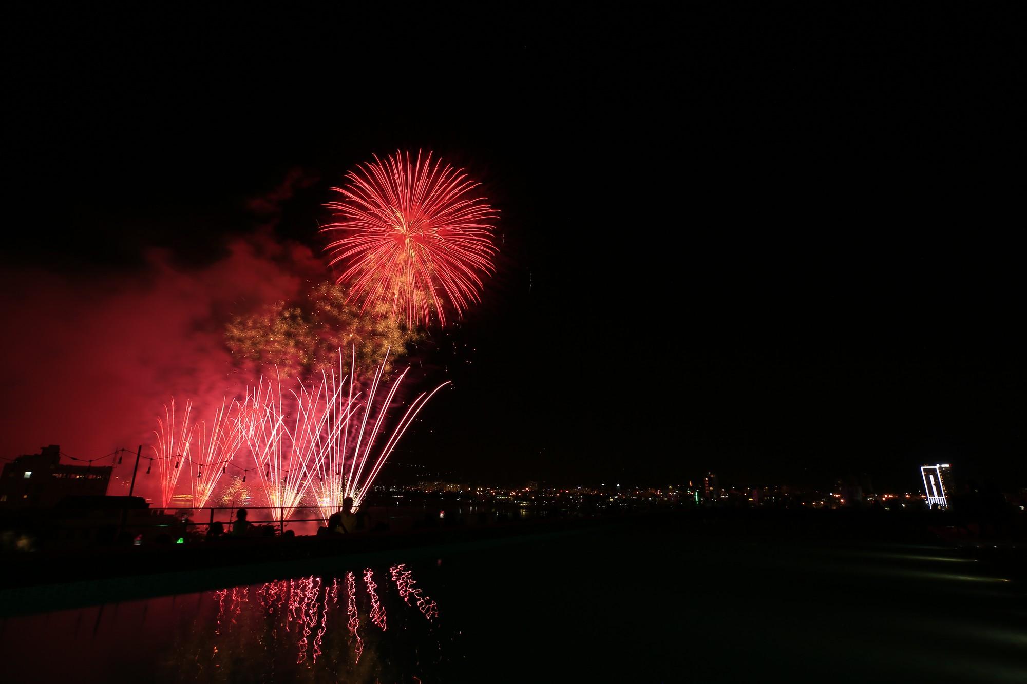 Brasil và Bỉ gửi thông điệp tình yêu bằng ánh sáng pháo hoa trên sông Hàn - Ảnh 8.
