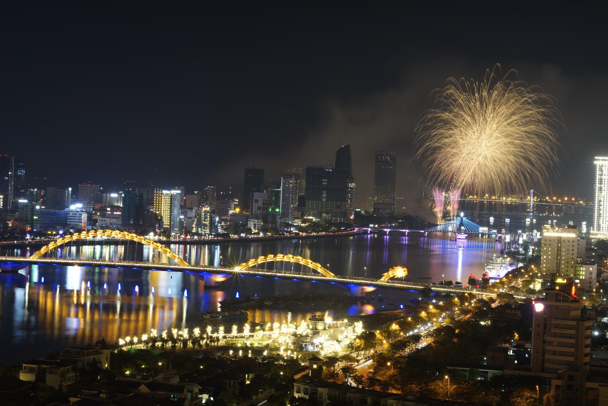 Brasil và Bỉ gửi thông điệp tình yêu bằng ánh sáng pháo hoa trên sông Hàn - Ảnh 7.