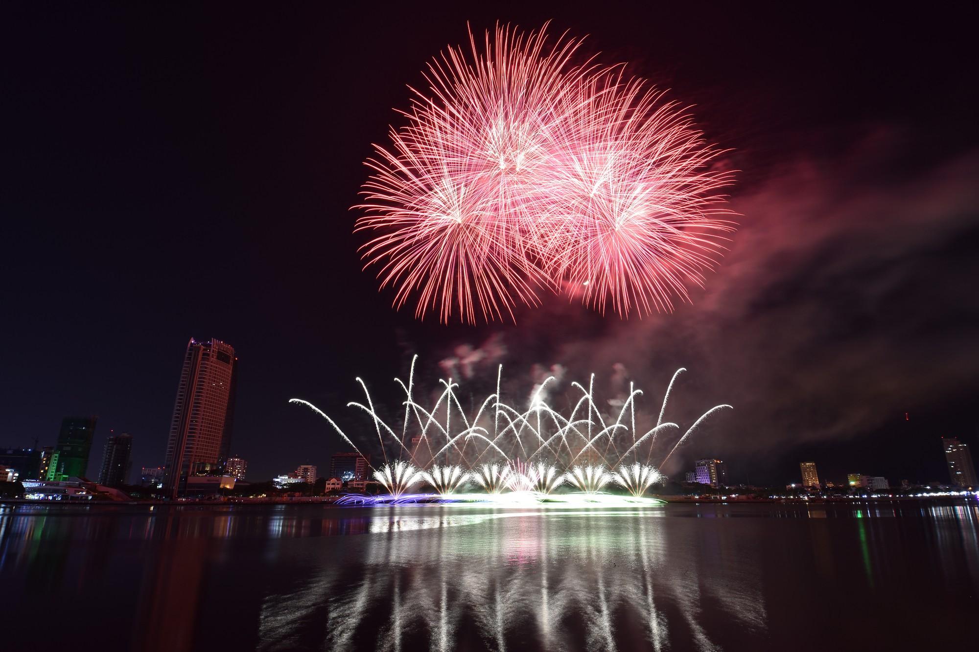 Brasil và Bỉ gửi thông điệp tình yêu bằng ánh sáng pháo hoa trên sông Hàn - Ảnh 6.