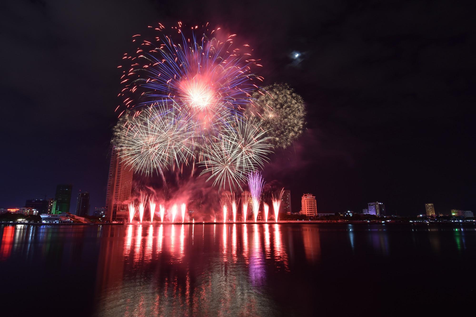Brasil và Bỉ gửi thông điệp tình yêu bằng ánh sáng pháo hoa trên sông Hàn - Ảnh 5.