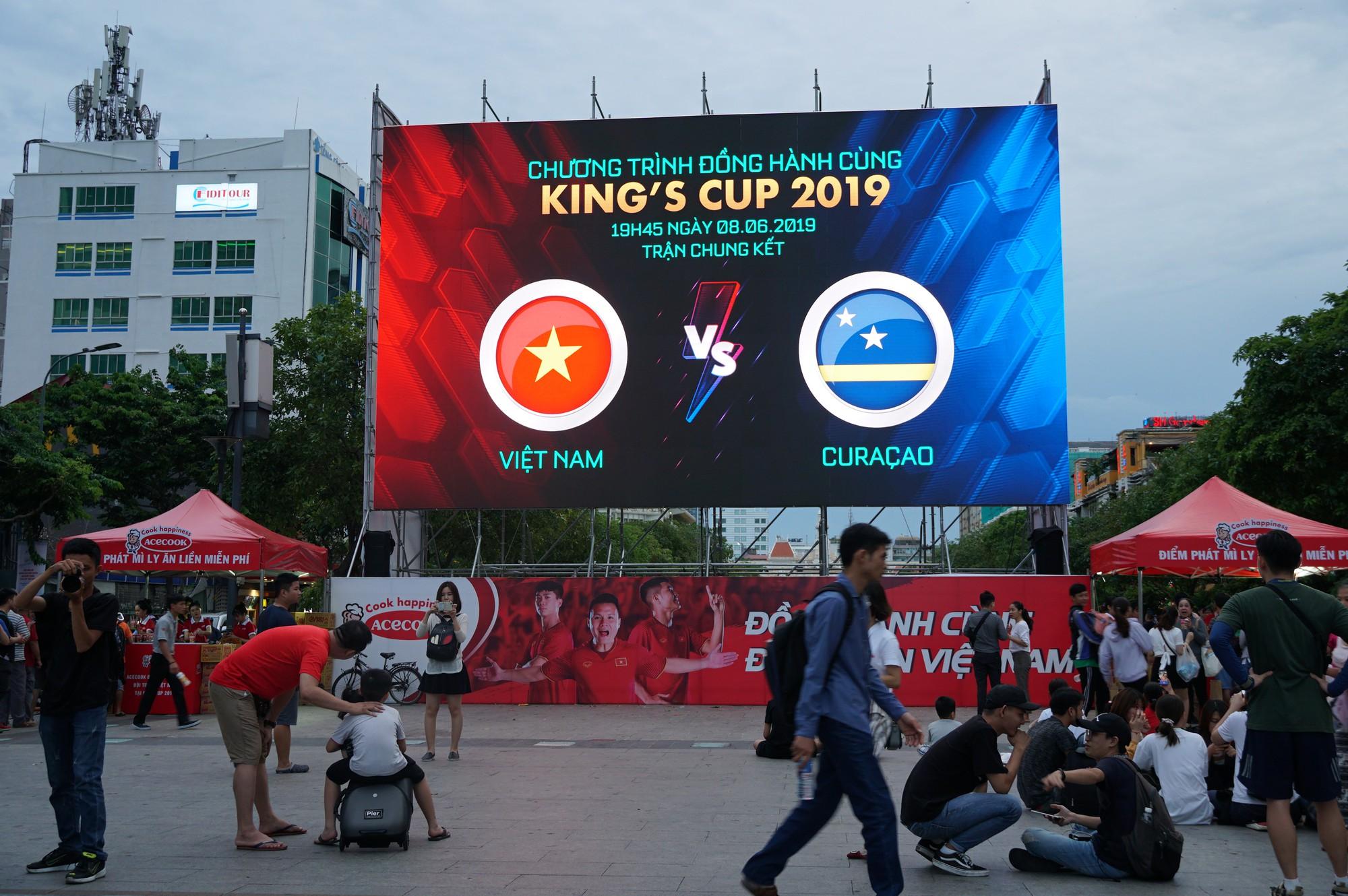 Khách Tây ở Sài Gòn xuống phố đi bộ Nguyễn Huệ tiếp lửa cho thầy trò HLV Park Hang-seo tranh ngôi vương Kings Cup  - Ảnh 1.