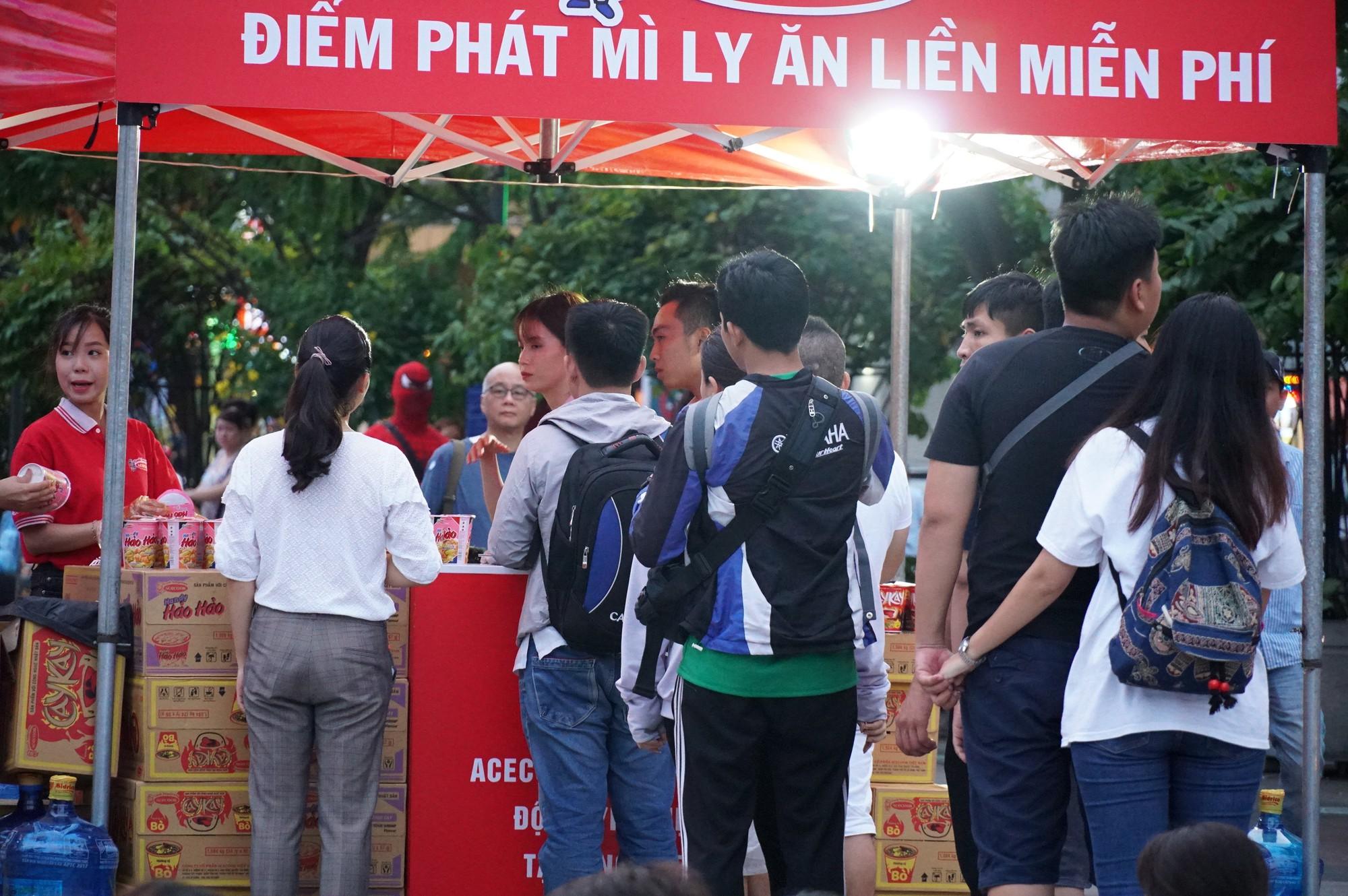 Khách Tây ở Sài Gòn xuống phố đi bộ Nguyễn Huệ tiếp lửa cho thầy trò HLV Park Hang-seo tranh ngôi vương Kings Cup  - Ảnh 15.