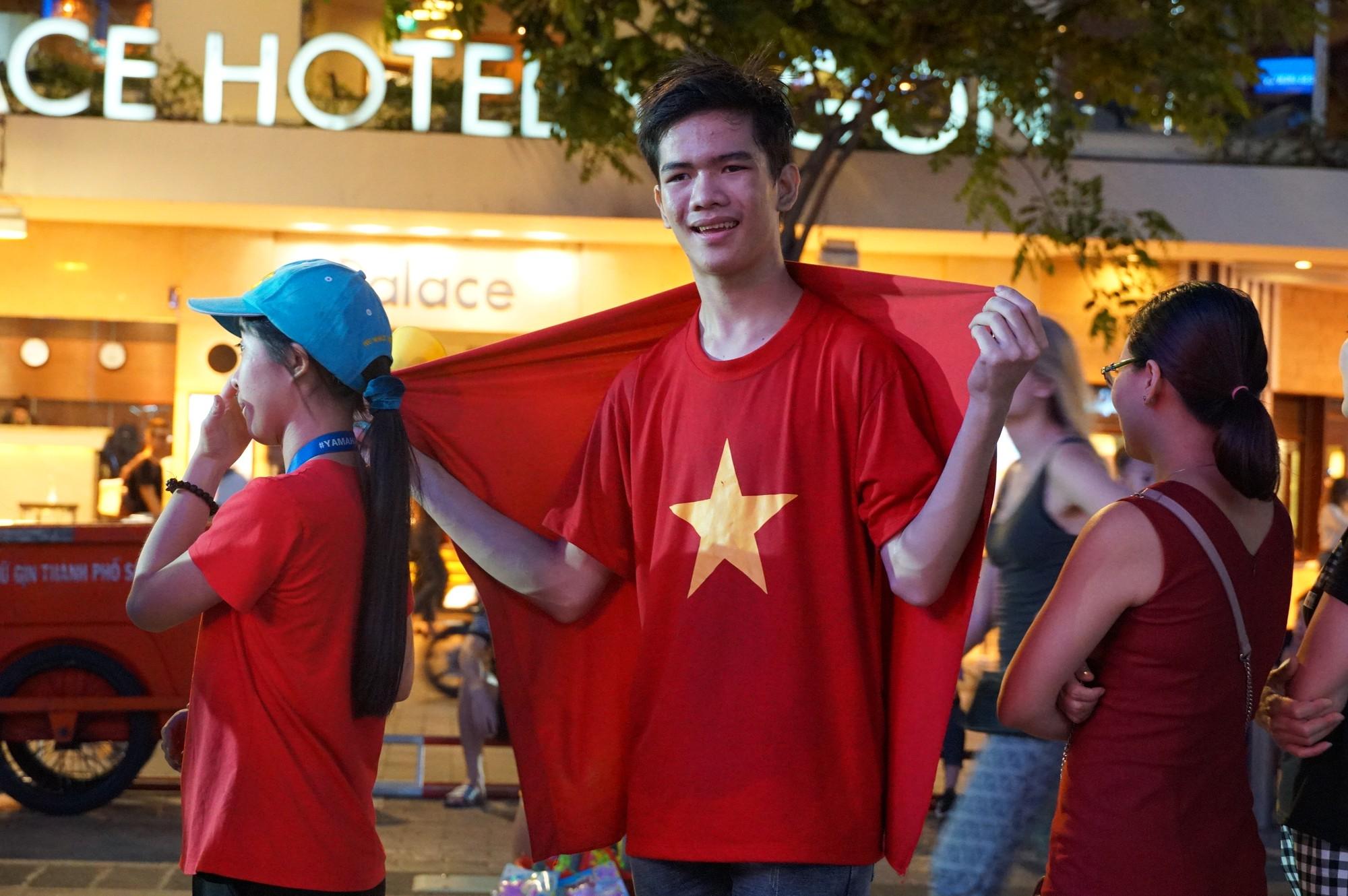 Khách Tây ở Sài Gòn xuống phố đi bộ Nguyễn Huệ tiếp lửa cho thầy trò HLV Park Hang-seo tranh ngôi vương Kings Cup  - Ảnh 6.