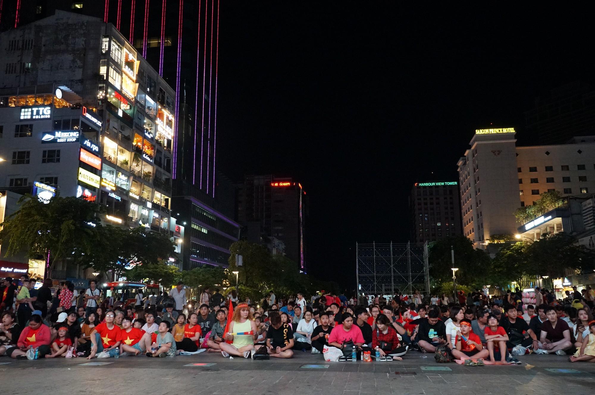 Khách Tây ở Sài Gòn xuống phố đi bộ Nguyễn Huệ tiếp lửa cho thầy trò HLV Park Hang-seo tranh ngôi vương Kings Cup  - Ảnh 11.