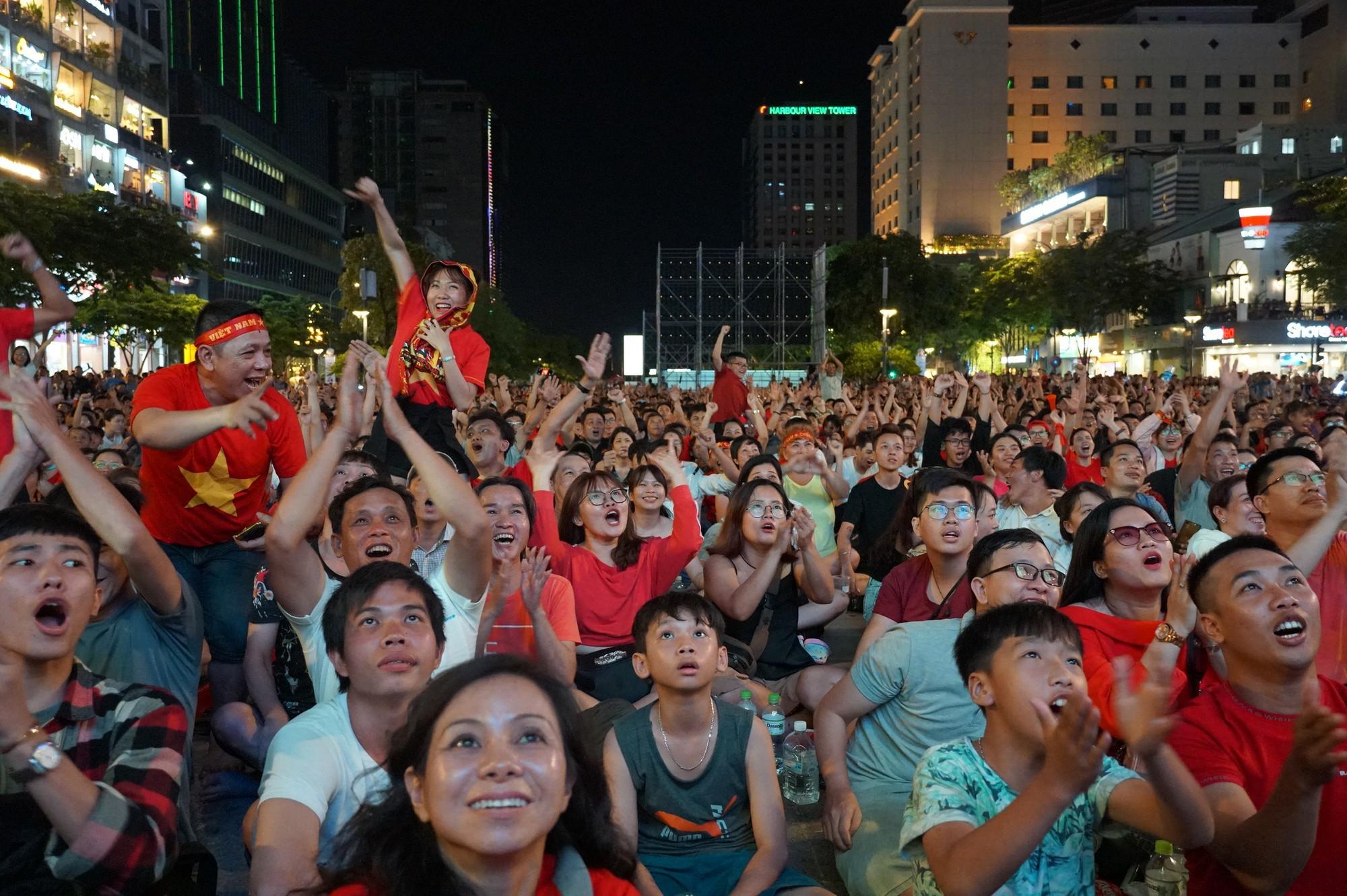 Khách Tây ở Sài Gòn xuống phố đi bộ Nguyễn Huệ tiếp lửa cho thầy trò HLV Park Hang-seo tranh ngôi vương Kings Cup  - Ảnh 14.
