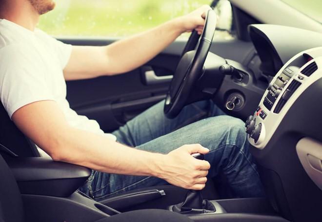 Trượt bằng lái vì học xe số tự động nhưng lại thi số sàn - Ảnh 1.