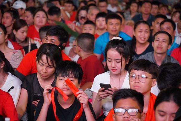 Khách Tây ở Sài Gòn xuống phố đi bộ Nguyễn Huệ tiếp lửa cho thầy trò HLV Park Hang-seo tranh ngôi vương Kings Cup  - Ảnh 12.