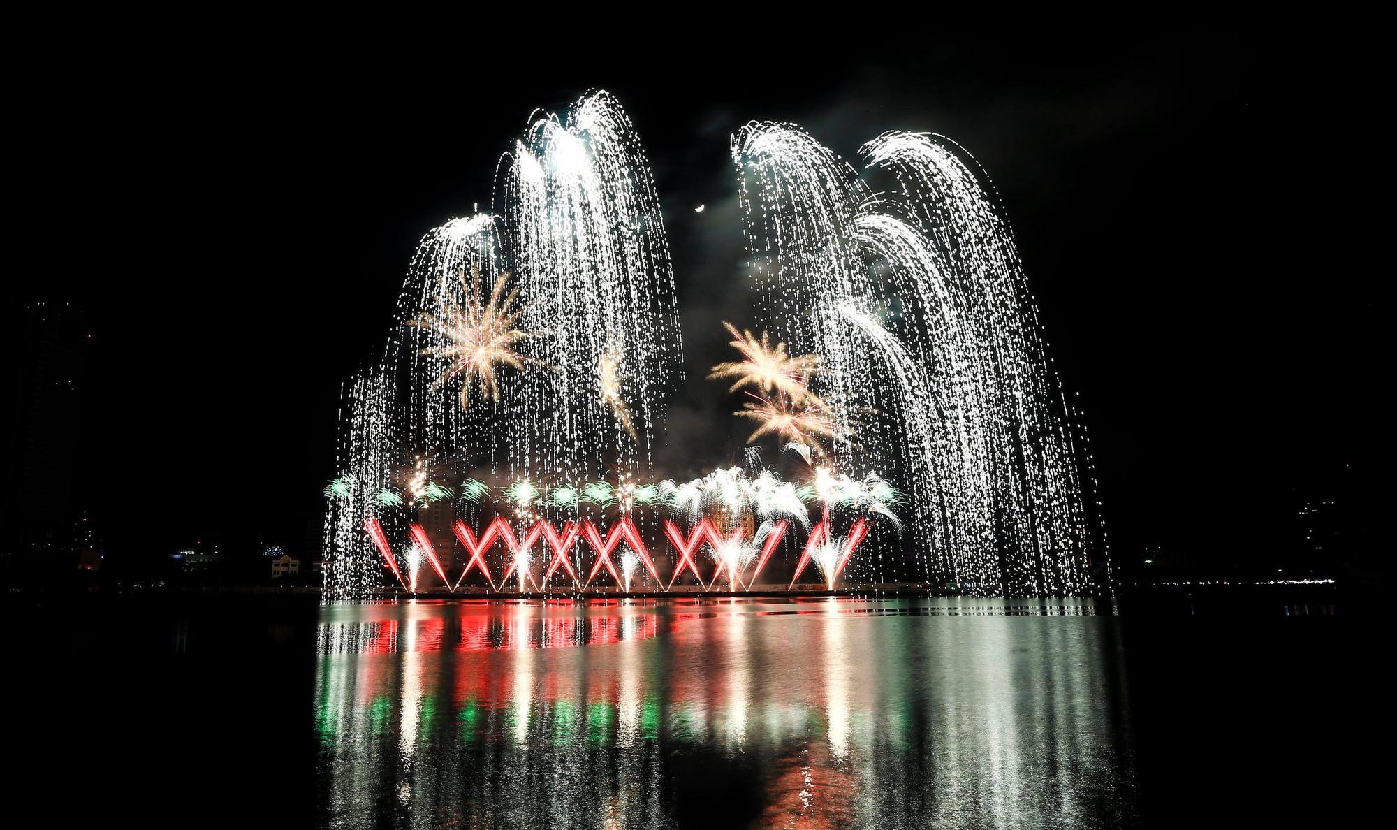 Brasil và Bỉ gửi thông điệp tình yêu bằng ánh sáng pháo hoa trên sông Hàn - Ảnh 10.