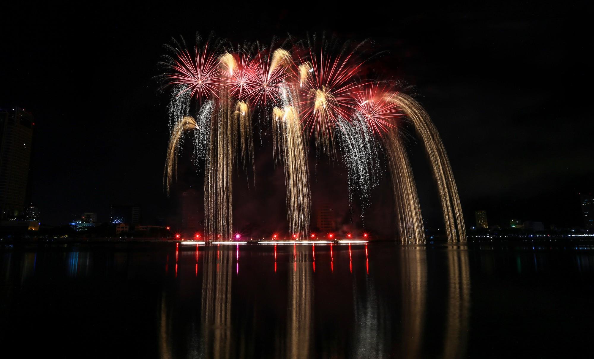 Brasil và Bỉ gửi thông điệp tình yêu bằng ánh sáng pháo hoa trên sông Hàn - Ảnh 11.