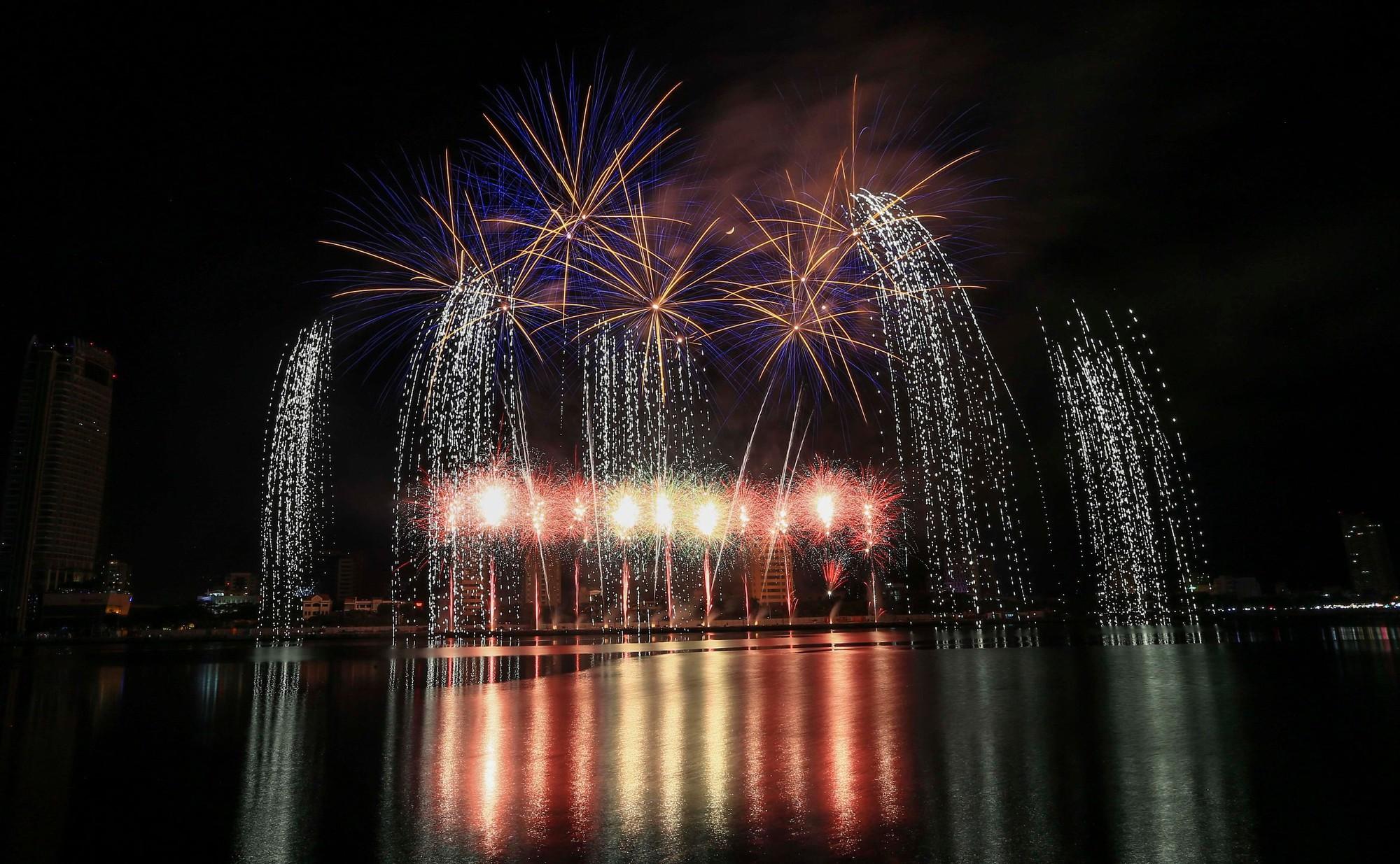 Brasil và Bỉ gửi thông điệp tình yêu bằng ánh sáng pháo hoa trên sông Hàn - Ảnh 13.