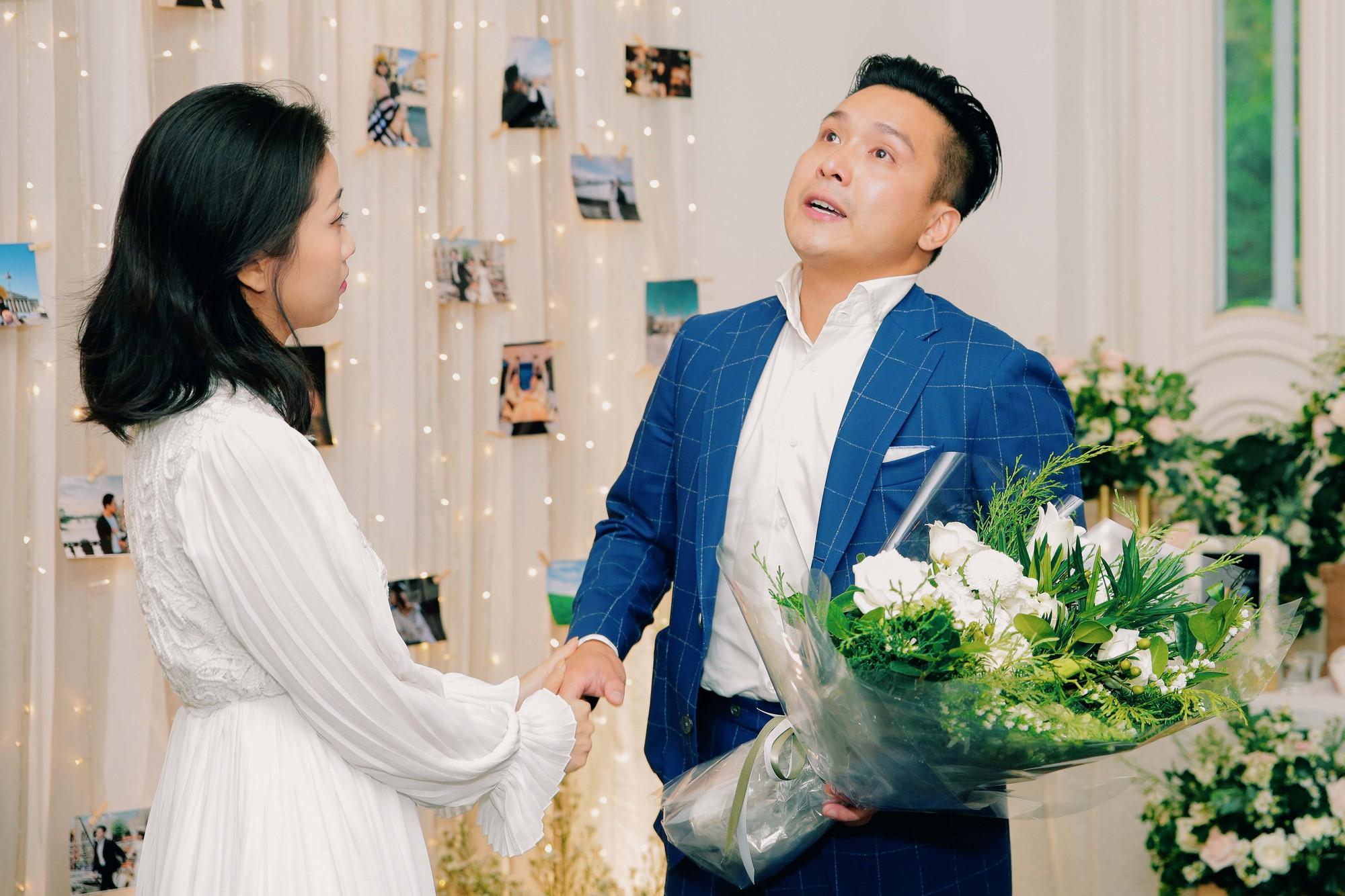 Chân dung bạn trai Việt Kiều vừa cầu hôn MC Liêu Hà Trinh   - Ảnh 1.