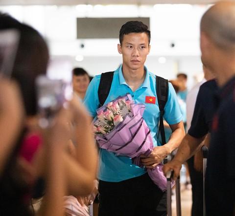 Tuyển Việt Nam về đến Nội Bài sau khi giành ngôi á quân King's Cup - Ảnh 1.