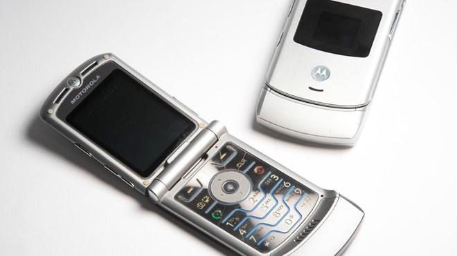 Đồng ý dùng điện thoại nắp gập 1 tuần, được tặng ngay 1.000 USD - Ảnh 1.