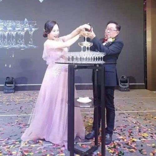 Nữ ca sĩ 9X Malaysia nghẹn ngào trong ngày cưới đại gia 71 tuổi - Ảnh 2.