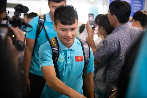 Tuyển Việt Nam về đến Nội Bài sau khi giành ngôi á quân King's Cup - Ảnh 2.