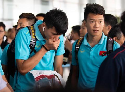 Tuyển Việt Nam về đến Nội Bài sau khi giành ngôi á quân King's Cup - Ảnh 4.