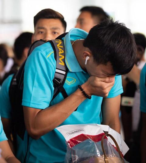Tuyển Việt Nam về đến Nội Bài sau khi giành ngôi á quân King's Cup - Ảnh 5.