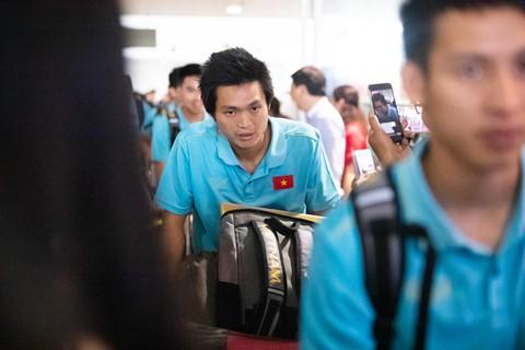 Tuyển Việt Nam về đến Nội Bài sau khi giành ngôi á quân King's Cup - Ảnh 6.