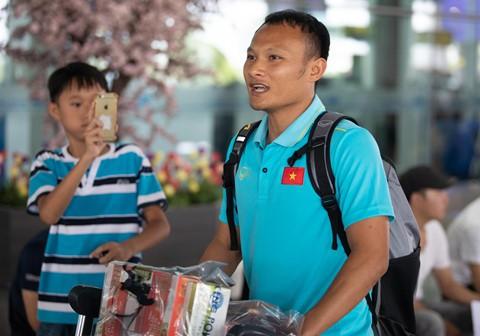 Tuyển Việt Nam về đến Nội Bài sau khi giành ngôi á quân King's Cup - Ảnh 7.