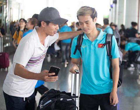 Tuyển Việt Nam về đến Nội Bài sau khi giành ngôi á quân King's Cup - Ảnh 8.