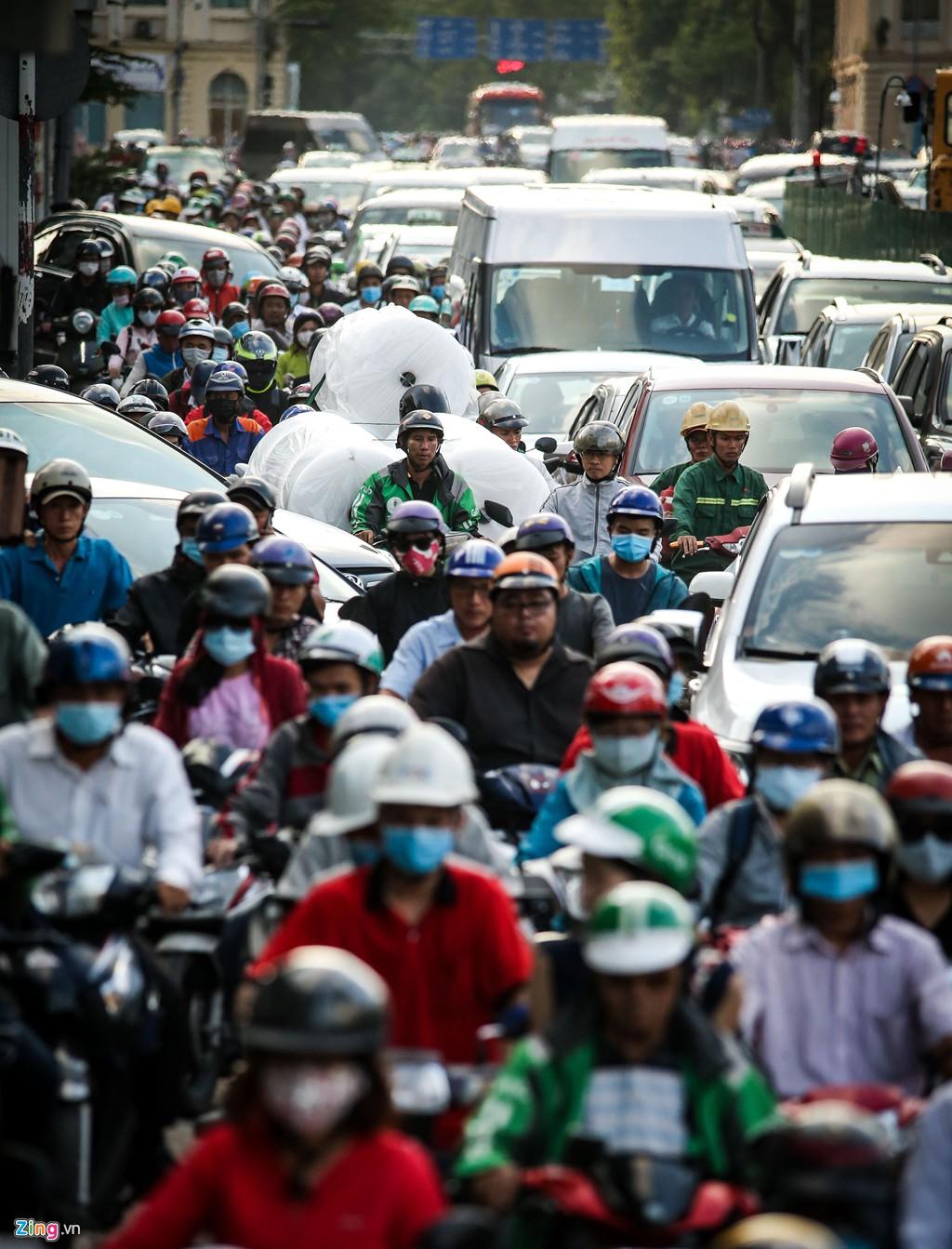 Kẹt xe triền miên ở đường Tôn Đức Thắng vì công trường ì ạch - Ảnh 6.