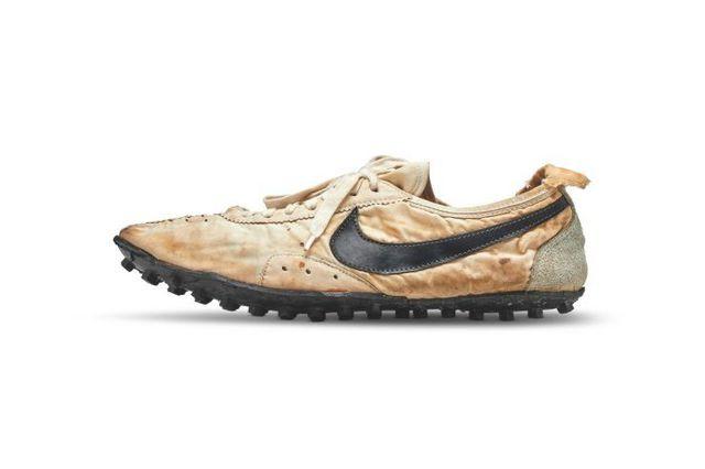 Đôi giày thể thao được bán đấu giá lên tới hơn 3,7 tỉ đồng - Ảnh 1.
