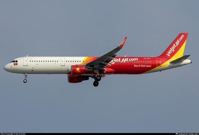Máy bay đi nhầm đường lăn đang đóng tại Tân Sơn Nhất rạng sáng 12/7 - Ảnh 1.