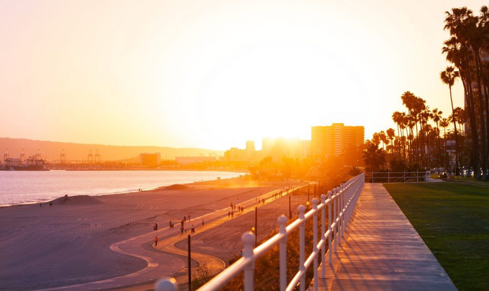 bigs-Beautiful-sunset-over-the-Long-Beach-coastline-with-palm-trees-and-buildings-silhouettes-Ca-Large-e1513921721742-1000x595