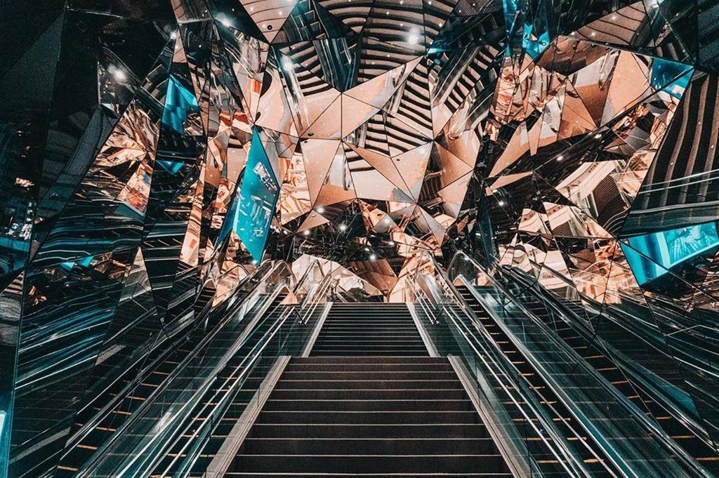 Vòm kính phân mảnh như 'đa vũ trụ' giao nhau gây sốt ở Tokyo - Ảnh 1.