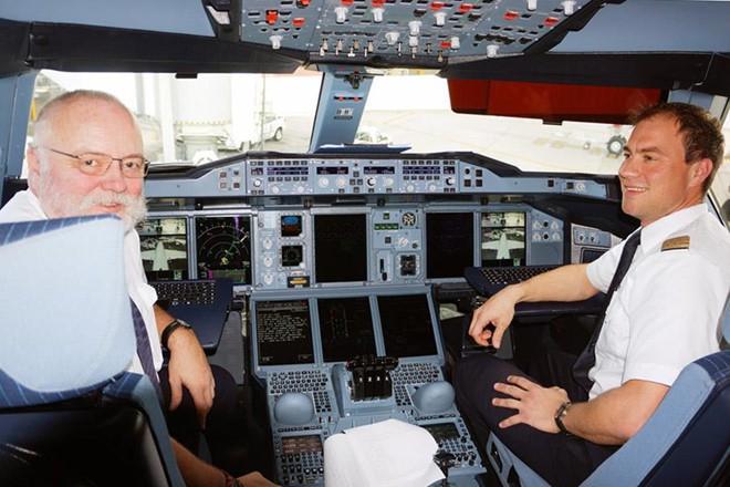 Soi lương 'khủng' của các phi công trên thế giới - Ảnh 15.
